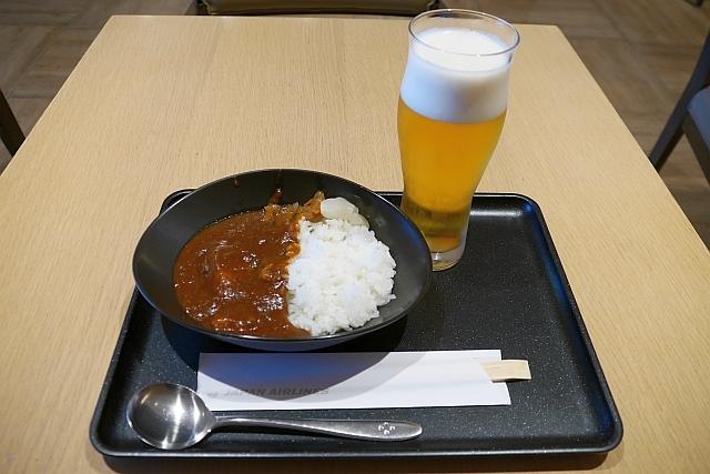 JALサクララウンジのビーフカレーとビール